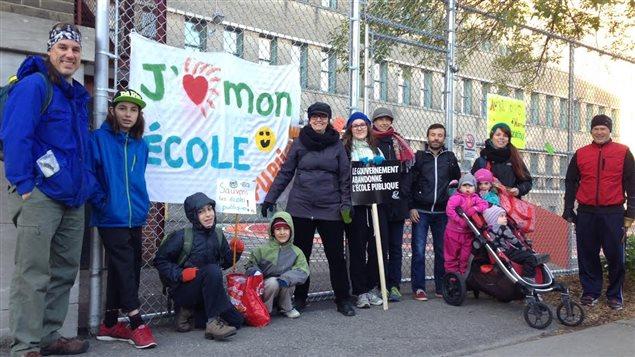 Des parents de l'école Petite-Patrie, de Montréal, manifestent contre les compressions en éducation.