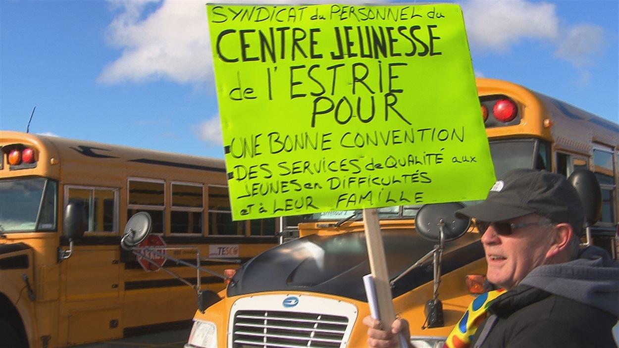 Des travailleurs de Sherbrooke se rendent à la grande manifestation de Montréal