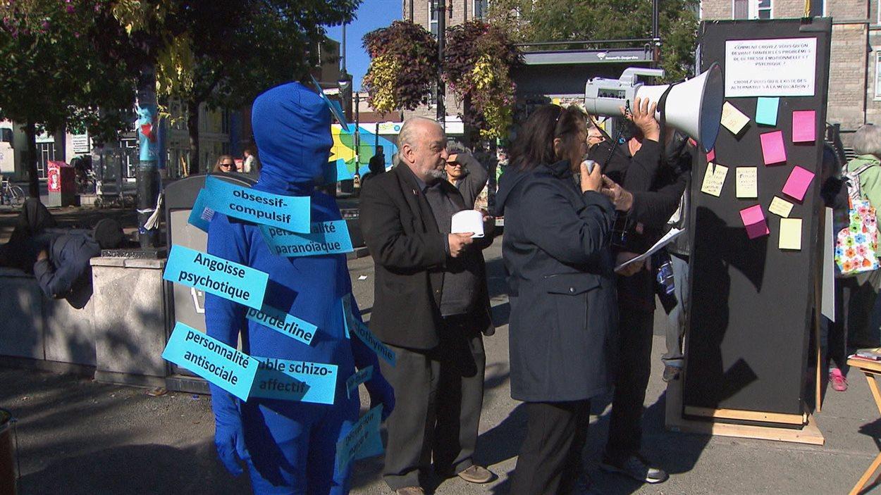 Plusieurs organismes de défense de patients ont manifesté samedi à Montréal dans le cadre de la Journée mondiale de la santé mentale.
