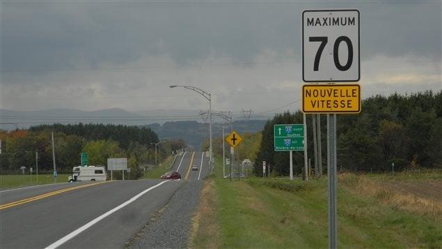 La limite de vitesse est abaissée de 90 à 70 km/h sur une portion jugée dangereuse de la route 279 à Beaumont. D'autres mesures seront annoncées aujourd'hui par le ministère des Transports. Réaction d'Alain Patry, dont la fille Annick est décédée il y a 10 ans sur cette route.