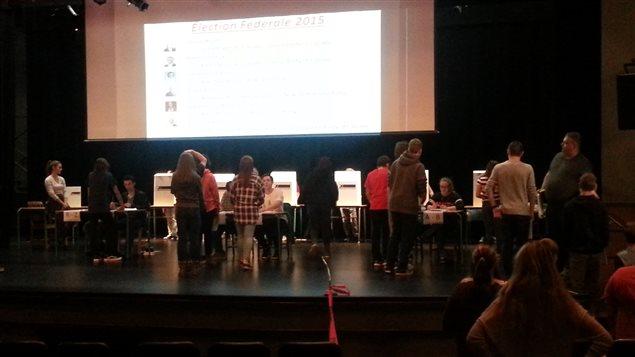 Pendant leur cours de mathématiques, les jeunes se rendent à l'auditorium pour faire leur choix.