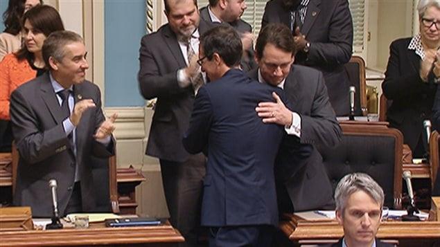 Stéphane Bédard et Pierre Karl Péladeau se sont donné une accolade de convenance à l'Assemblée nationale.