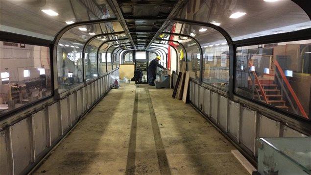 Des employés s'affairent à décaper le plancher du 2e étage panoramique.