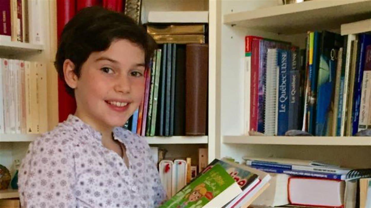 La jeune fille amasse des livres pour les enfants du Burundi.
