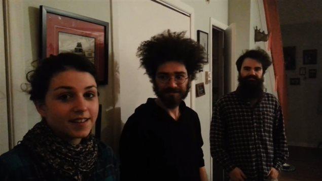Les membres de la Balconnière à l'entrée de leur appartement