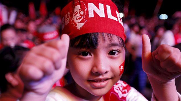Un jeune partisan de Aung San Suu Kyi, chef de La ligue nationale pour la démocratie (LND).