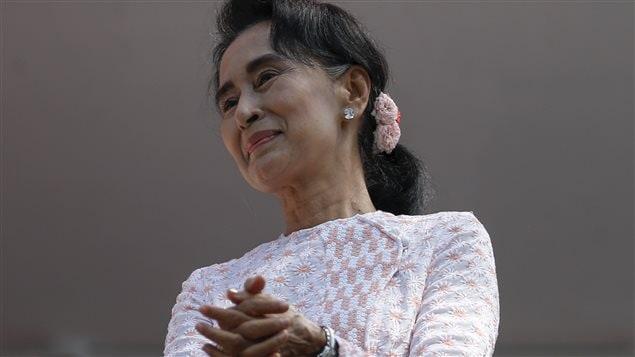 Aung San Suu Kyi devant ses partisans à Rangoon, capitale économique du Myanmar