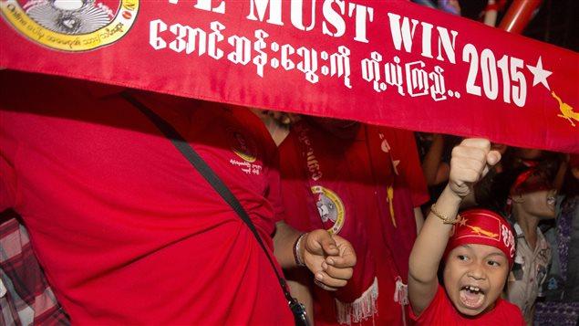 La victoire des partisans d'Aung San Suu Kyi