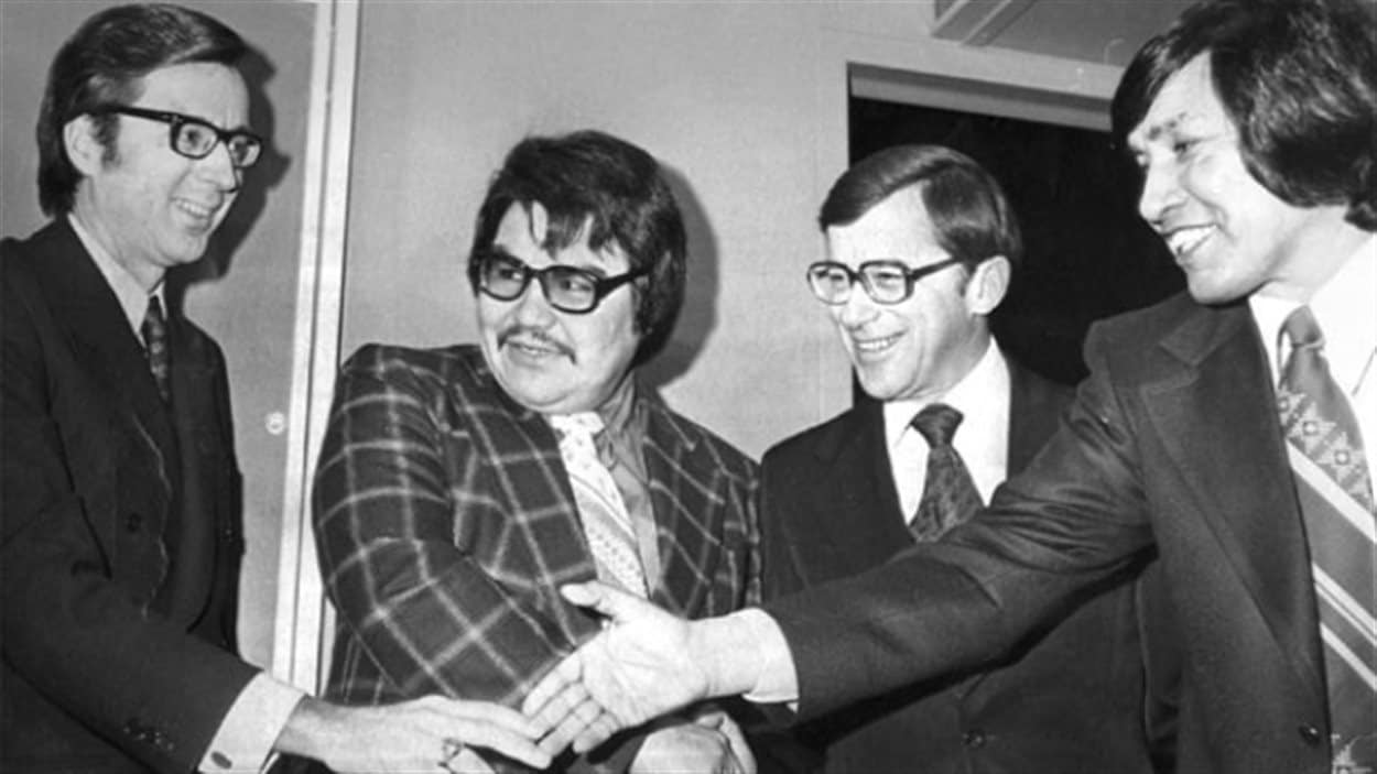 Robert Bourassa (à gauche), Billy Diamond (au milieu à gauche) ainsi deux autres représentants du gouvernement des des nations cries et inuits ayant signé la Convention de la Baie James.