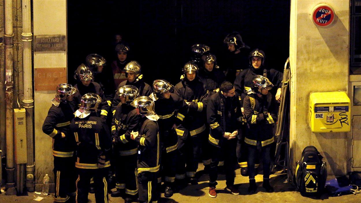 Membres de la brigade des pompiers de Paris après l'attaque au théâtre Bataclan.