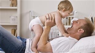 Un père joue avec sa fille.