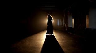 Une femme seule sur une scène de théâtre