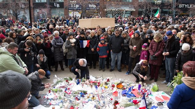 Des centaines de personnes ont marché sur la rue Sainte-Catherine à Montréal.