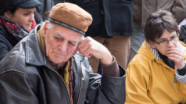 L'émotion se lit sur les visages des marcheurs venus se recueillir à la mémoire des victimes des attentats de Paris.