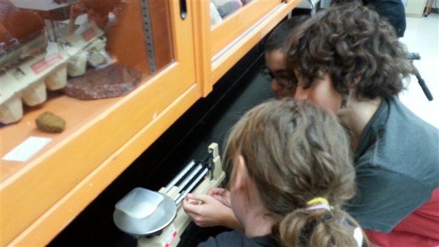 Des élèves dans un cours de de science à l'école secondaire Chavigny à Trois-Rivières