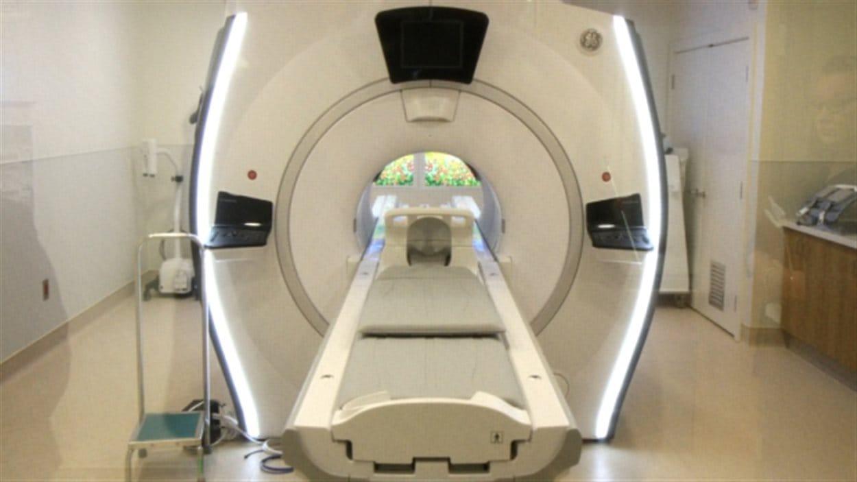 Une machine pour examen  d'imagerie par résonnance magnétique.