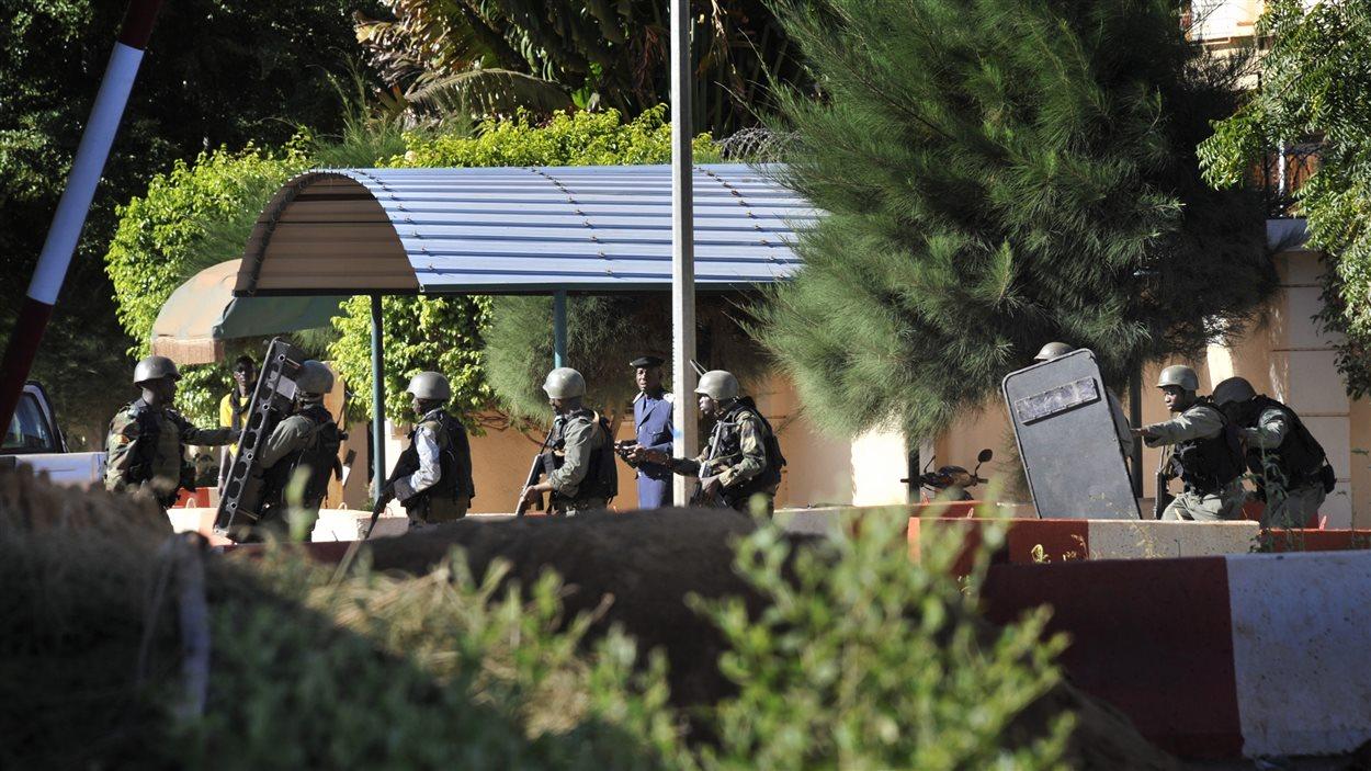 Des soldats maliens prennent position autour de l'hôtel.