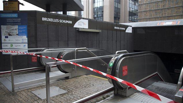 L'entrée d'une station de métro fermée à Bruxelles.