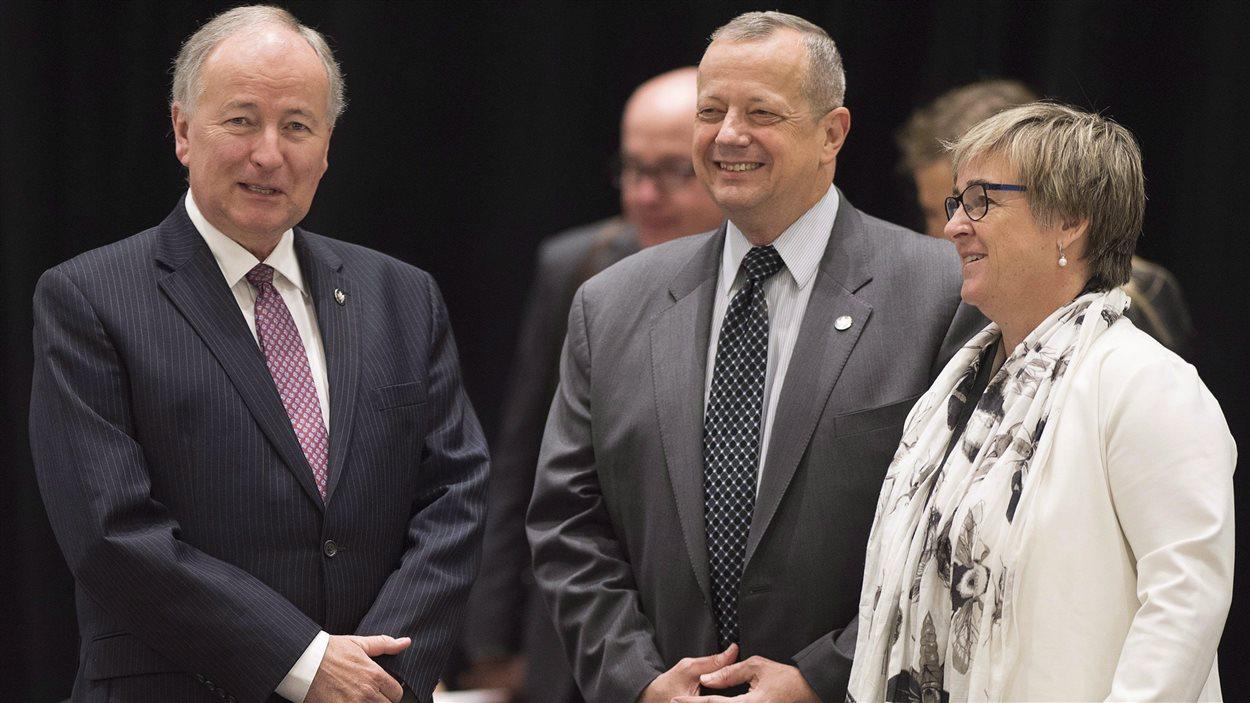 L'ambassadrice du Canada à l'OTAN, Kerry Buck, entourée de l'ex-ministre canadien des affaires étrangères Rob Nicholson et de l'envoyé spécial des États-Unis, le général John R. Allen.