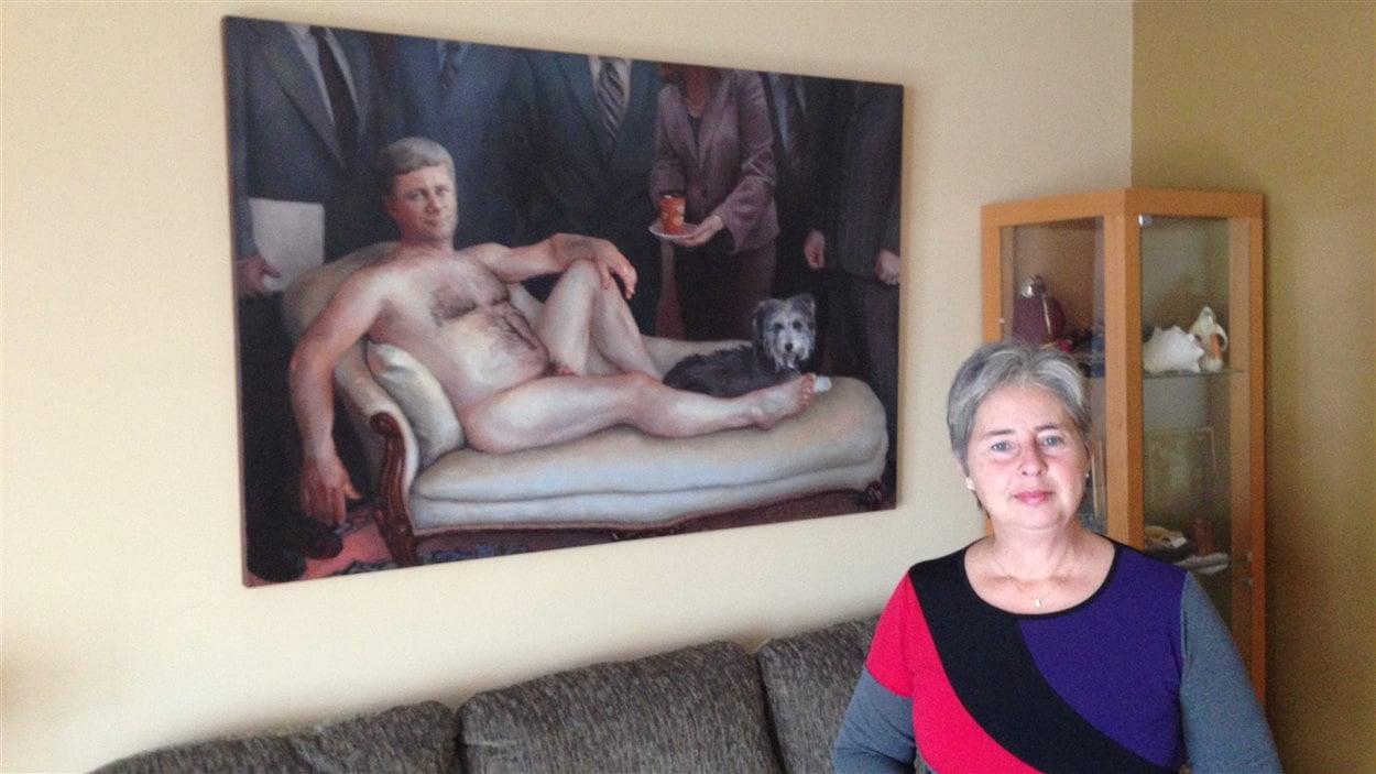 Danielle Potvin de Gatineau qui met en vente un nu de Stephen Harper sur kijiji.     Photo : ICI Radio-Canada / Jean-François Chevier