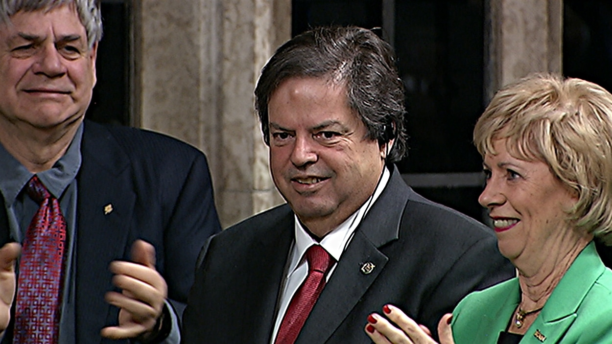 Mauril Bélanger, nommé président honoraire des Communes, est chaudement applaudi par ses collègues. (09-12-15)
