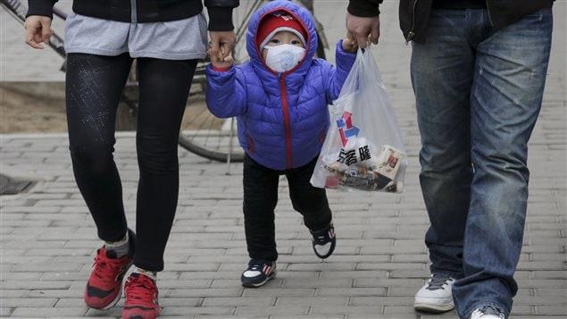 Un enfant porte un masque pour se protéger du smog, dans la capitale chinoise.