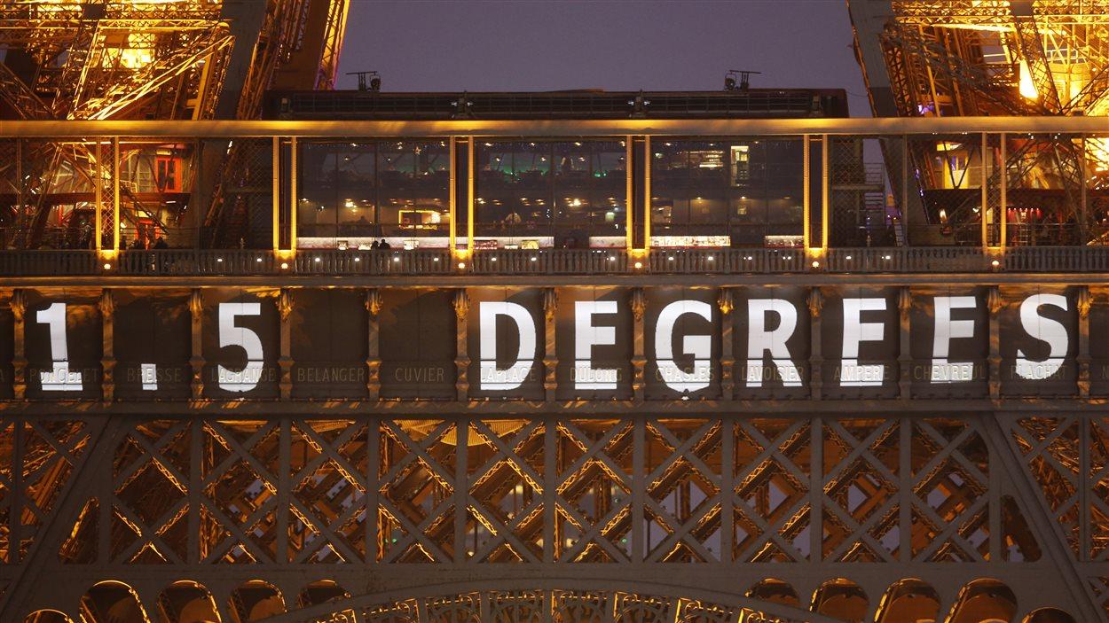 Même la tour Eiffel rêve d'un accord qui limiterait le réchauffement climatique à 1,5 degrés Celsius.