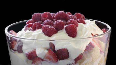 Lesley Chesterman propose de remplacer la bûche de Noël par de la bagatelle, un dessert anglais à base de fruits et de crème.