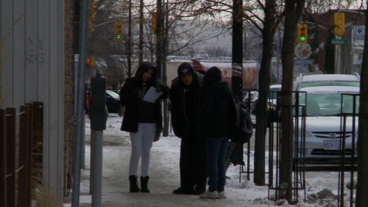 De jeunes autochtones discutent sur le trottoir