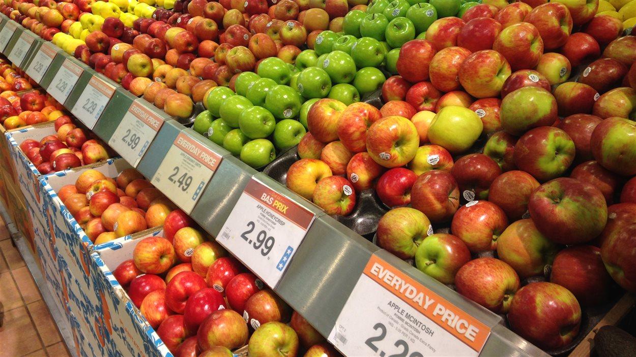 Des pommes sur des étagères