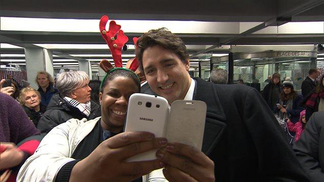 Justin Trudeau se prend au jeu de l'égoportrait.