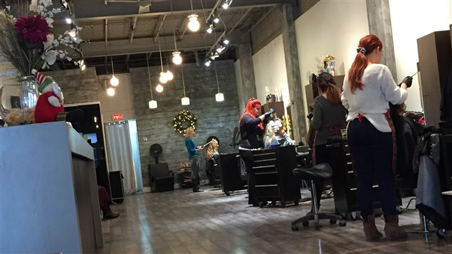 Salons de coiffure no l l 39 achalandage se transforme for Panneau publicitaire salon de coiffure