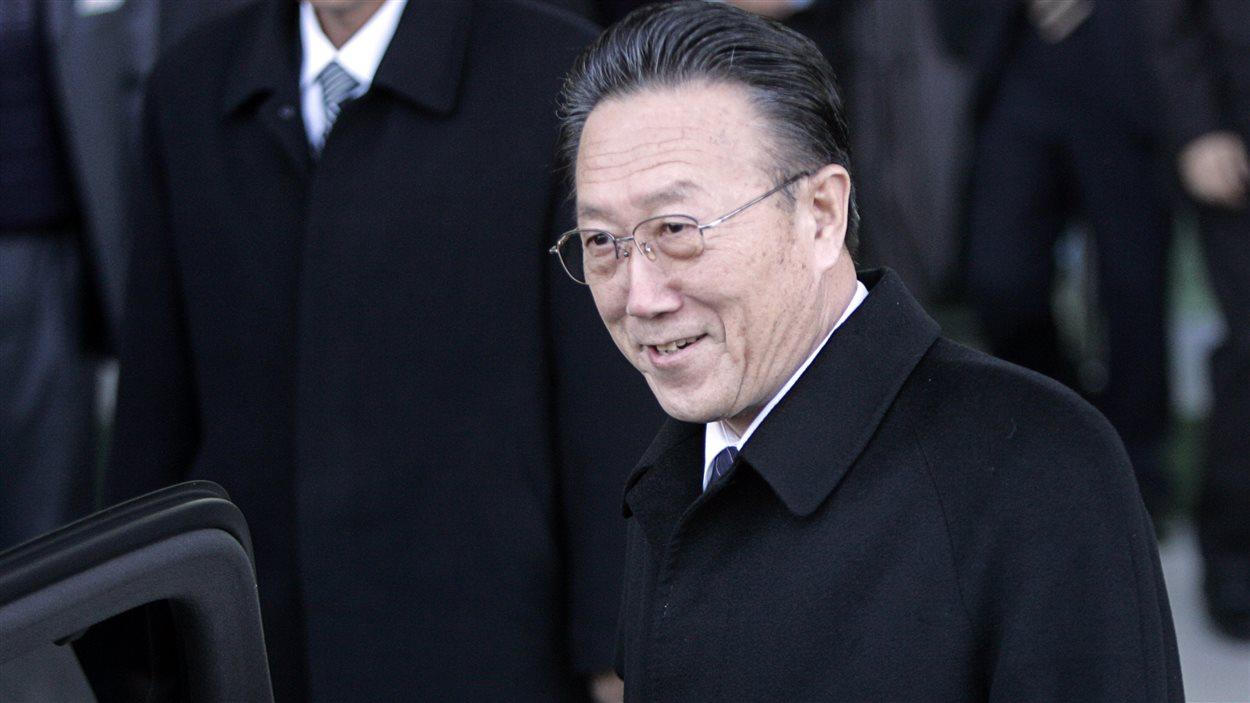 Kim Yang Gon mort dans un accident de voiture.