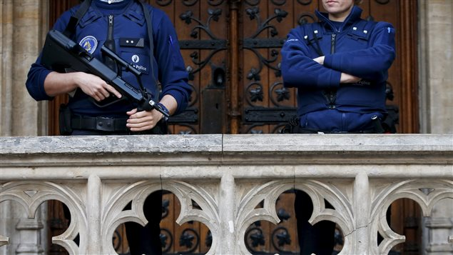 Des policiers belges montent la garde à la Grande Place de Bruxelles, le 29 décembre 2015.