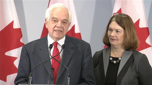 John McCallum, ministre de l'Immigration, des Réfugiés et de la Citoyenneté, et Jane Philpott, ministre de la Santé et présidente du Comité spécial chargé des réfugiés, lors d'une conférence de presse à Toronto le 31 décembre 2015.