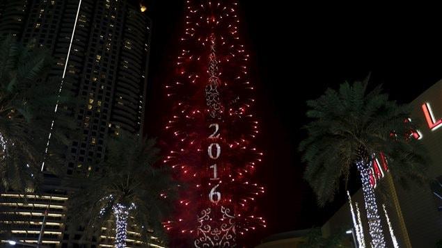 La tour Burj Khalifa s'illumine pour la nouvelle année.
