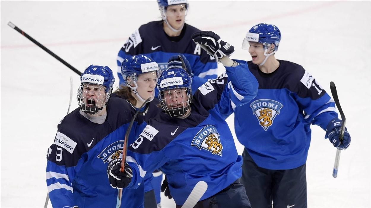 Patrik Laine, Jesse Puljujärvi, Sami Niku, Sebastian Aho et Vili Saarijärvi célèbrent un but.
