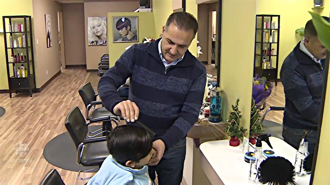 La famille du petit alan kurdi ouvre un salon de coiffure for Salon du canada
