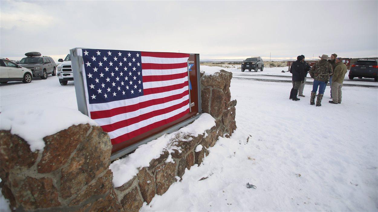 Des manifestants ont couvert l'entrée du Malheur National Wildlife Refuge, en Oregon, d'un drapeau américain.