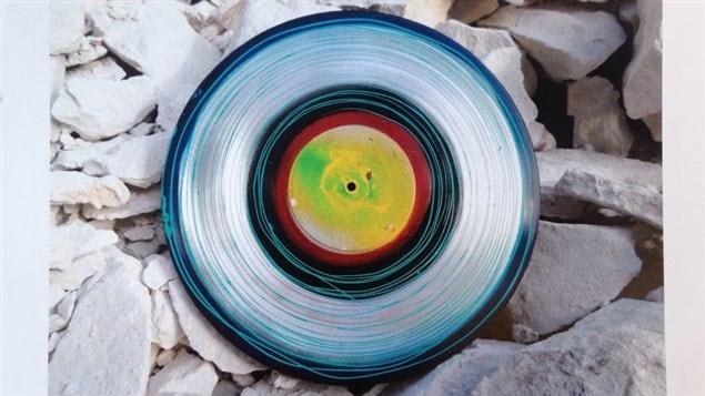 Un disque vinyle peint par Yves Gonthier illustre le mois de novembre.