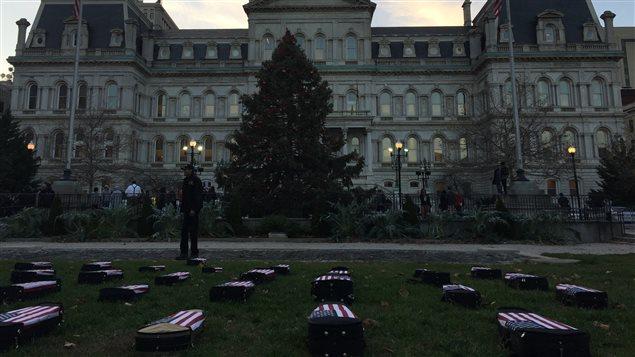 Une installation artistique symbolisant le nombre de personnes tuées dans des violences devant l'hôtel de ville de Baltimore.