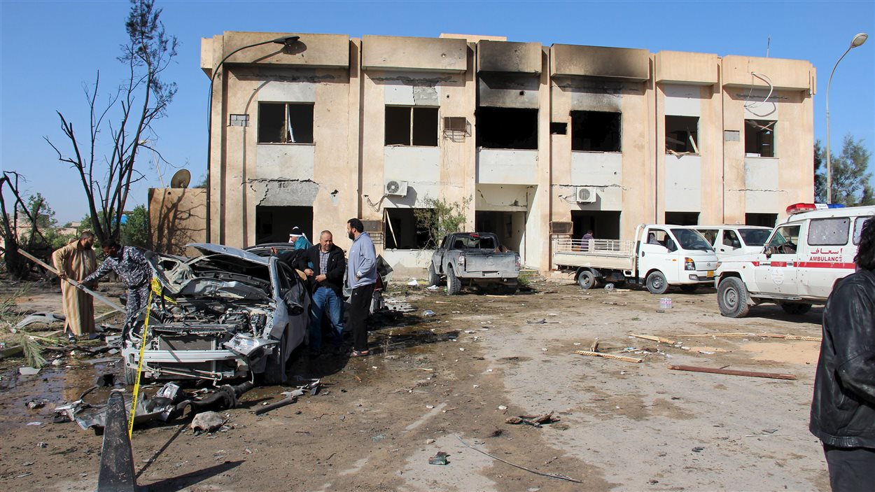 Dégâts résultant d'une attaque contre un centre d'entraînement de la police, à Zliten, en Libye, le 7 janvier