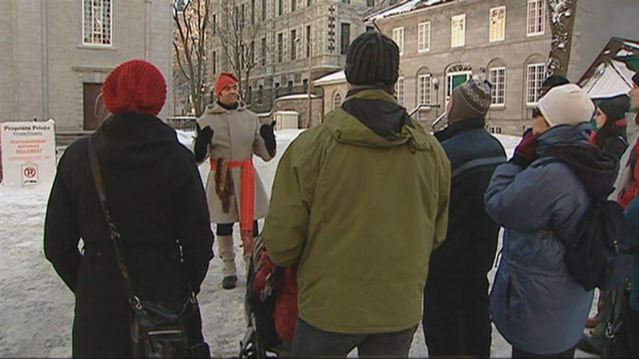 Un guide touristique en plein travail à Québec.