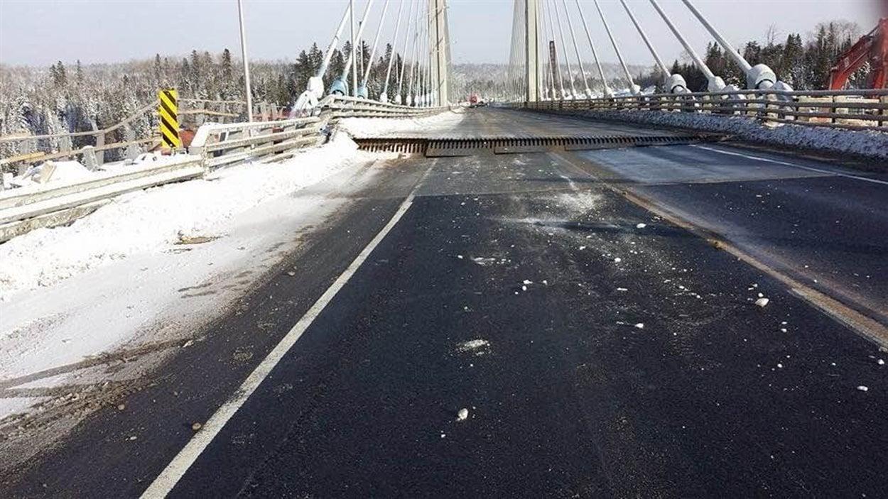 Le pont de la rivière Nipigon, dans le nord de l'Ontario, a cédé.