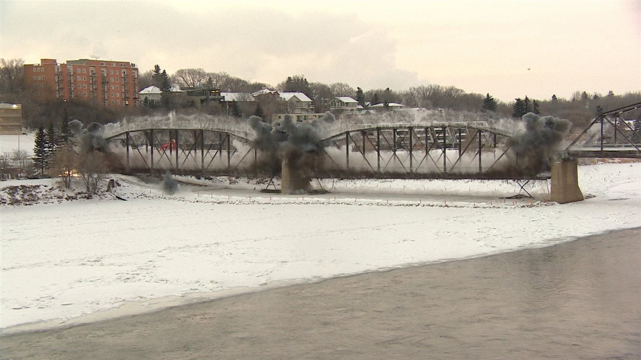 Des nuages de fumée entourent la structure du pont Traffic de Saskatoon.