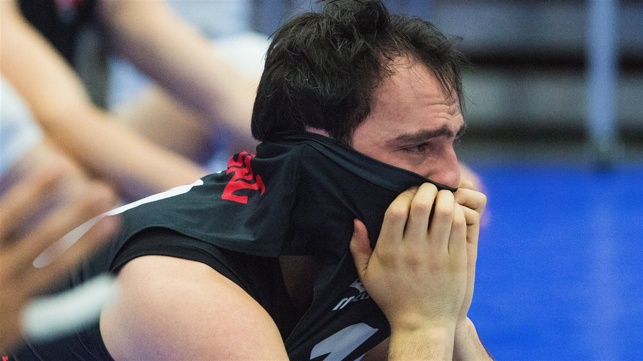 Nicholas Hoag, membre de l'Équipe nationale de volleyball masculin, réagit à la défaite des siens face à Cuba, lors d'un tournoi de qualification olympique, disputé à Edmonton