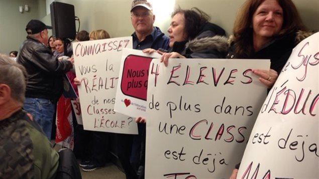 Des syndiqués ont assisté en silence à la réunion de Bouctouche.