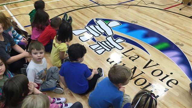 Des élèves lors de l'inauguration de l'École communautaire la Voie du Nord à Thompson, au Manitoba