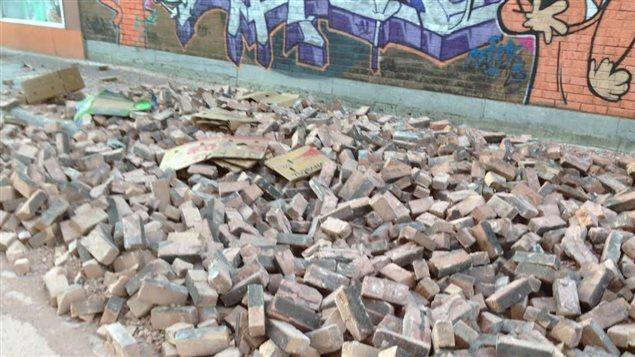 Un mur de briques s'est effondré à l'angle des rues Ontario et Dorion.