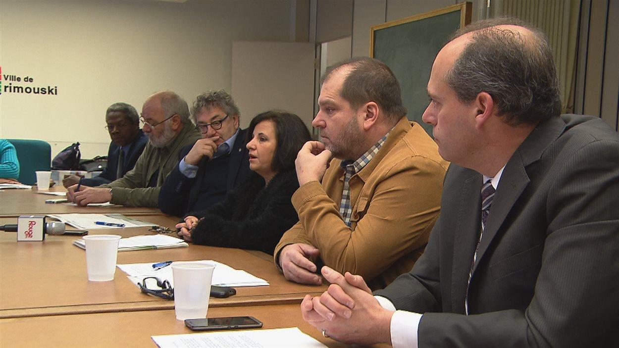 Mahnaz Fozi, d'Accueil et Intégration Bas-Saint-Laurent, entourée des élus de la région, en conférence de presse mercredi.